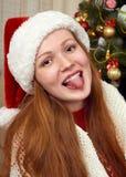 Красивый портрет девушки redhead в украшении рождества Интерьер дома с елью и подарками Канун Нового Годаа и зимний отдых co Стоковая Фотография