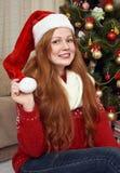 Красивый портрет девушки redhead в украшении рождества Интерьер дома с елью и подарками Канун Нового Годаа и зимний отдых co Стоковое Изображение RF