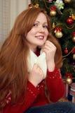 Красивый портрет девушки redhead в украшении рождества Интерьер дома с елью и подарками Канун Нового Годаа и зимний отдых co Стоковые Фото