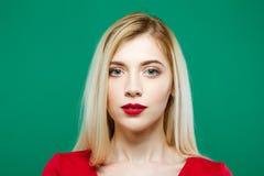 Красивый портрет девушки в студии на зеленой предпосылке Милая молодая женщина представляет смотрящ камеру Стоковые Изображения RF