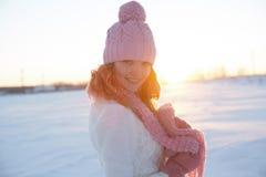Красивый портрет девушки над предпосылкой зимы Стоковое Изображение RF