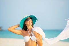 Красивый портрет девушки на тропическом пляже Стоковая Фотография