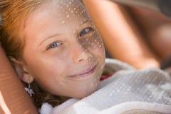 Красивый портрет девушки отдыхая в тени стоковое изображение