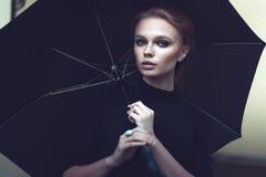 Красивый портрет девушки с зонтиком Стоковое Фото