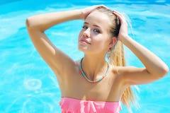 Красивый портрет женщины бассейном Стоковые Изображения RF