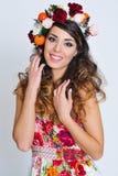 Красивый портрет женщины в handmade кроне цветка Стоковое фото RF