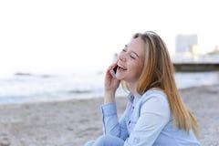 Красивый портрет женщины говорит на черни с улыбкой и сидит Стоковые Изображения