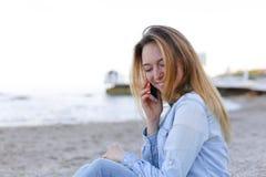 Красивый портрет женщины говорит на черни с улыбкой и сидит Стоковое Фото