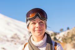 Красивый портрет женщины на горе Ziria в Греции Стоковые Изображения RF