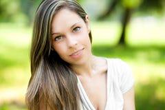 Красивый портрет женщины на парке стоковые фотографии rf