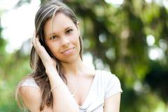 Красивый портрет женщины на парке стоковые фото