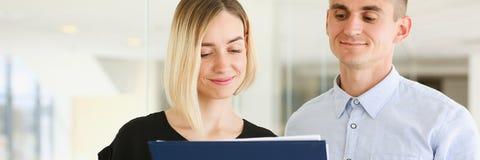 Красивый портрет женщины на рассматривать рабочего места Стоковые Изображения