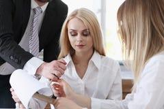 Красивый портрет женщины на рассматривать рабочего места Стоковое Изображение RF