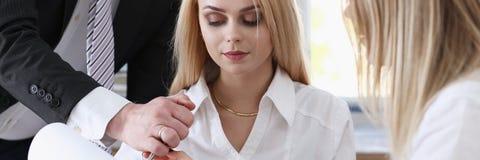 Красивый портрет женщины на рассматривать рабочего места Стоковые Изображения RF