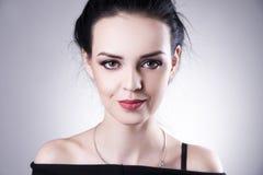 Красивый портрет женщины на серой предпосылке Профессиональный состав стоковые изображения rf