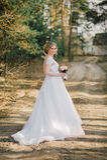Красивый портрет женщины невесты при bridal букет представляя в ее дне свадьбы Стоковое фото RF