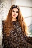Красивый портрет женщины с красными длинными волосами и составом Стоковые Изображения