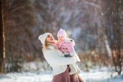 Красивый портрет зимы матери и дочери стоковая фотография