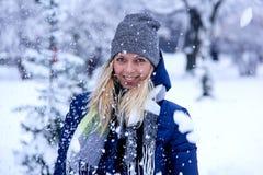 Красивый портрет зимы молодой женщины в пейзаже зимы снежном красивейшая зима девушки одежд Стоковое Изображение RF