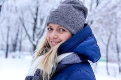 Красивый портрет зимы молодой женщины в пейзаже зимы снежном красивейшая зима девушки одежд Стоковые Фото