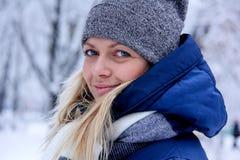 Красивый портрет зимы молодой женщины в пейзаже зимы снежном красивейшая зима девушки одежд Стоковое фото RF