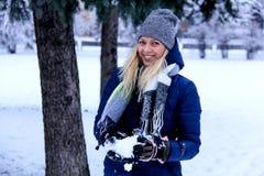Красивый портрет зимы молодой женщины в пейзаже зимы снежном красивейшая зима девушки одежд Стоковая Фотография