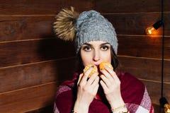 Красивый портрет конца-вверх молодой женщины с апельсинами еда принципиальной схемы здоровая Забота и красота кожи Минералы витам Стоковые Фотографии RF