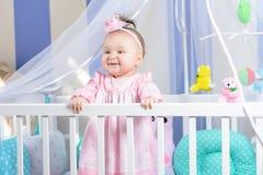 Красивый портрет маленькой девочки в розовом платье в питомнике стоковые фото