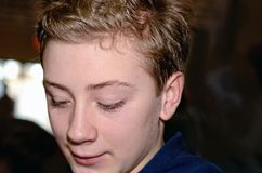 Красивый портрет мальчика подростка смотря вниз Стоковые Изображения