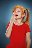 Красивый портрет маленькой зевая девушки Стоковое Изображение