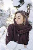 Красивый портрет милой женщины в лесе зимы Стоковые Изображения RF