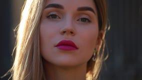 Красивый портрет модной женщины смотря крупный план камеры сток-видео