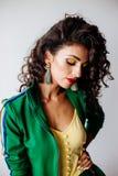 Красивый портрет моды брюнет с вьющиеся волосы стоковые изображения rf