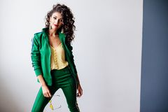 Красивый портрет моды брюнет с вьющиеся волосы стоковые фотографии rf