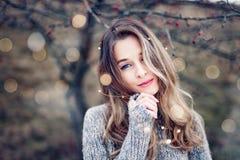 Красивый портрет молодой женщины в природе стоковое изображение
