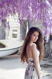 Красивый портрет молодой женщины над цветением глицинии привлекательностей стоковые изображения rf