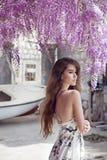 Красивый портрет молодой женщины над цветением глицинии привлекательностей стоковое изображение rf