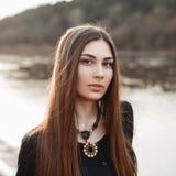Красивый портрет молодой милой девушки с длинными волосами около th Стоковая Фотография RF