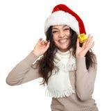 Красивый портрет молодой женщины в шляпе хелпера santa представляя на белизне Стоковые Фото