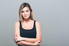 Красивый портрет молодой женщины усмехаясь представляющ привлекательное белокурое Стоковые Фотографии RF
