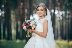 Красивый портрет невесты в лесе сногсшибательная молодая невеста неимоверно счастлив венчание сбора винограда дня пар одежды счас стоковое фото rf