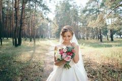 Красивый портрет невесты в лесе сногсшибательное молодое bri стоковые фотографии rf