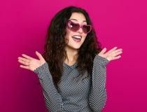 Красивый портрет очарования девушки на пинке в солнечных очках формы сердца, длинном вьющиеся волосы Стоковые Изображения