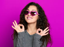 Красивый портрет очарования девушки на magenta жесте о'кей выставки Стоковая Фотография