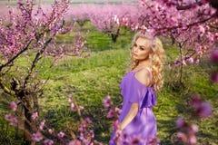 Красивый портрет сада девушки весной зацветая, солнечный день, сад персика Стоковое фото RF