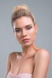 Красивый портрет студии красоты женщины Стоковые Изображения