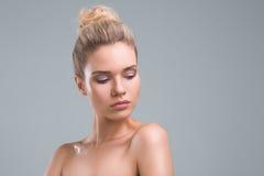 Красивый портрет студии красоты женщины Стоковые Фотографии RF