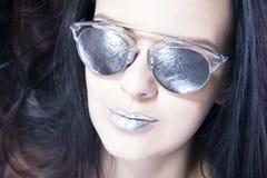 Красивый портрет фотомодели женщины в солнечных очках с металлическими серебряными губами Творческий стиль причёсок и составляет Стоковые Фотографии RF