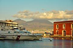Красивый порт морем на юге  Италии в котором яхты и за вулканом Vesuvius Стоковое Изображение RF