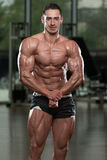 Красивый построитель тела делая самое мышечное представление стоковое изображение rf